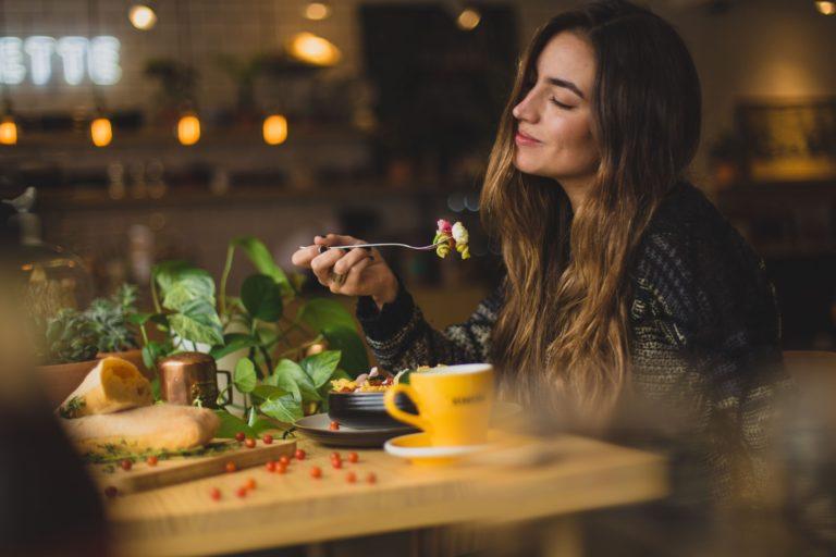 ヴィーガン実践者は、肉を食べる人よりも幸福?米国の調査内容を解説