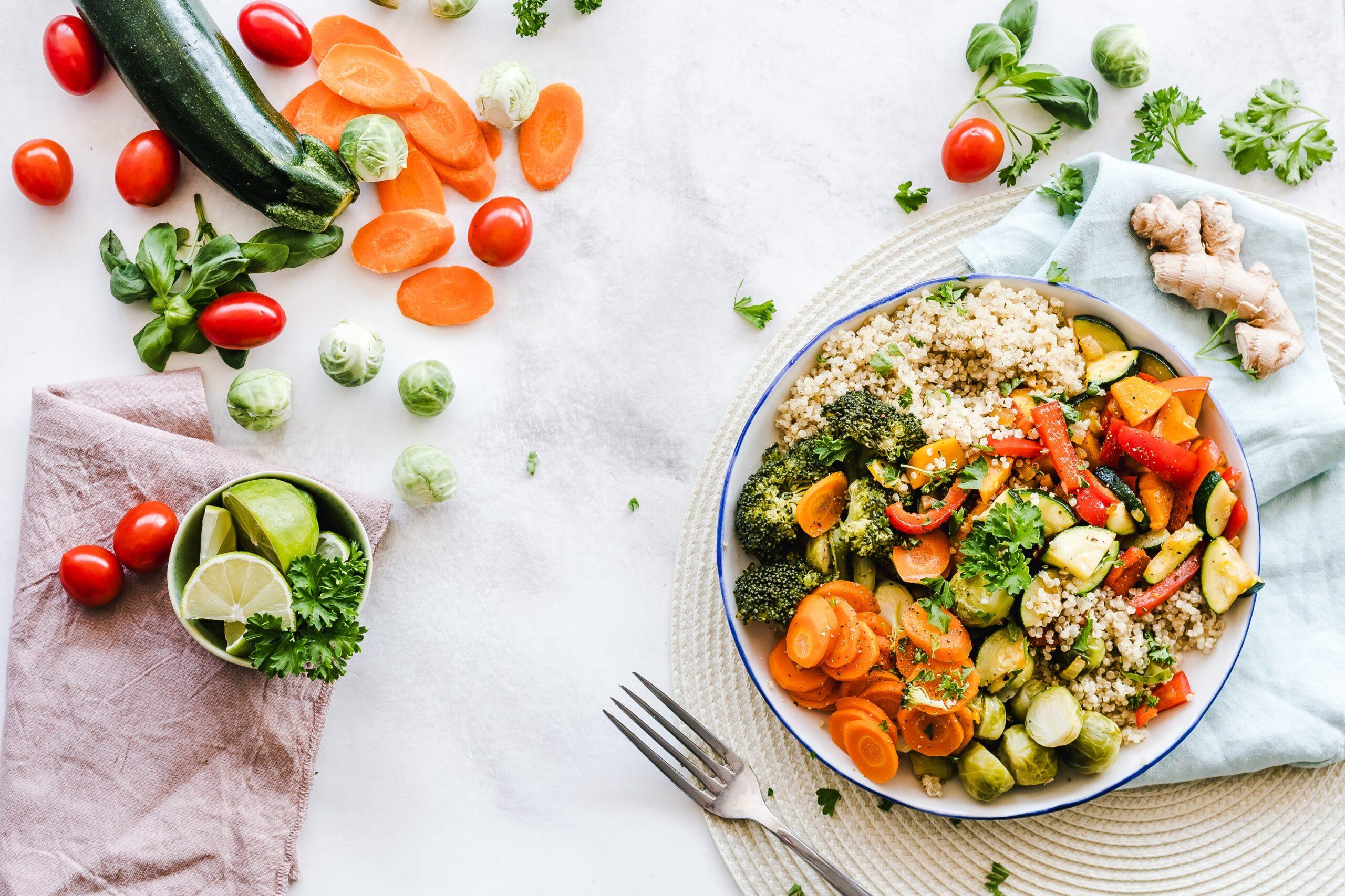 食卓の上に野菜料理